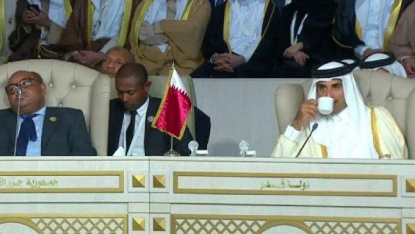 أمير قطر يغادر القمة العربية بتونس قبل إلقاء كلمته
