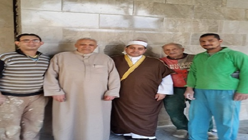 «ده بيت ربنا».. عمال مسيحيون يشاركون في ترميم مسجد بالإسكندرية (صور)