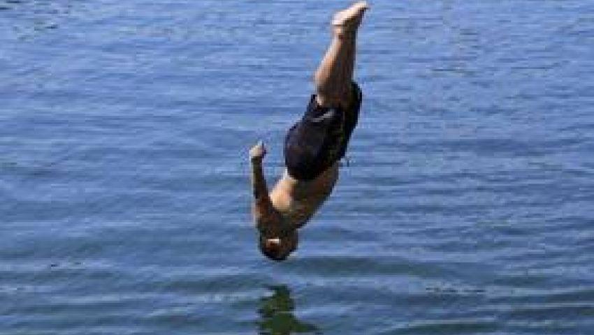 قفز في نهر جارف هربًا من.. نكد حبيبته