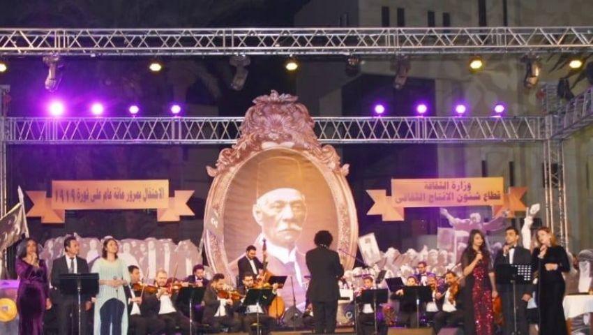 بالصور| على أنغام الأغاني الوطنية.. تكريم 17 شخصية من رموز ثورة 19