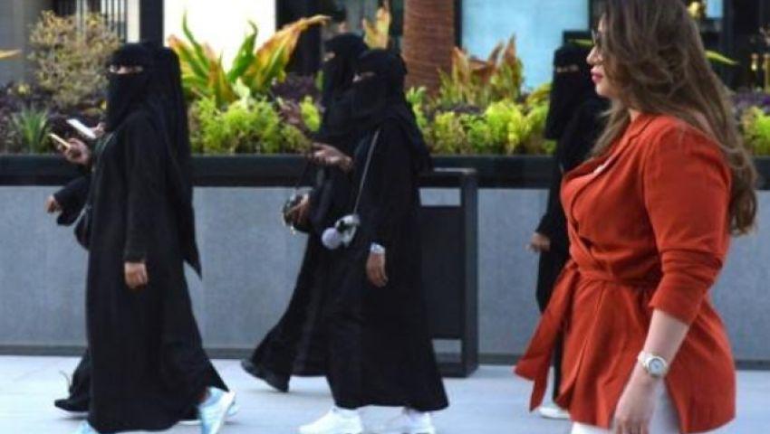 الفرنسية: سعوديات يغامرن بالتجول دون العباءة السوداء