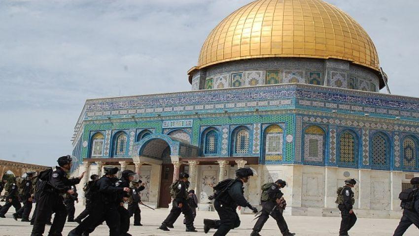 شرطة الاحتلال تستفز المصلين على بوابات المسجد الأقصى
