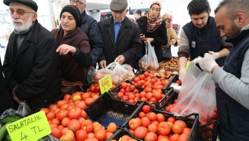 الجارديان: بالطماطم والبصل.. أردوغان يسعى لتجنب خسارة الانتخابات البلدية