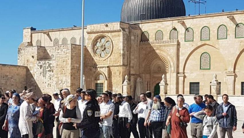 بجولات استفزازية.. عشرات المستوطنين يدنسون المسجد الأقصى