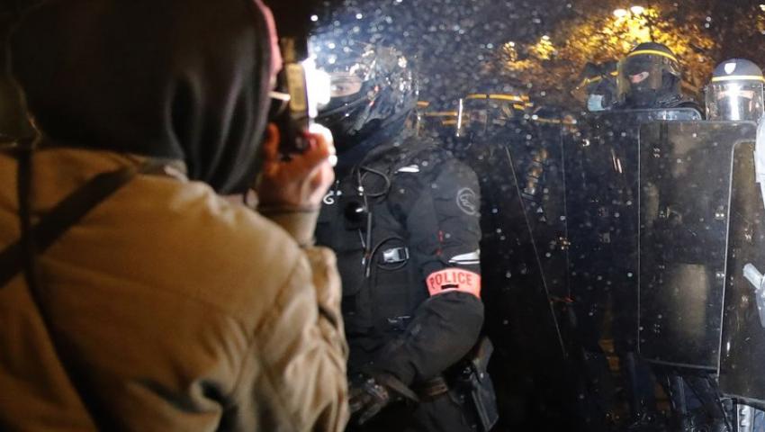 أسوشيتد برس: ضجة في فرنسا بشأن قيود تصوير الشرطة