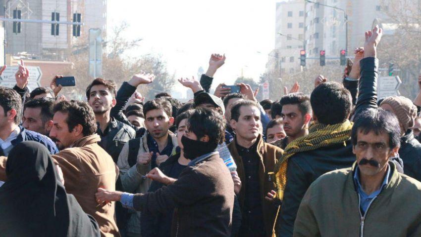 صحيفة مقرّبة من خامنئي تلوّح بإعدام زعماء احتجاجات الوقود بإيران