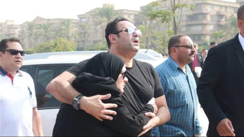 صور.. محتضن والدته.. أكرم حسني يُشييع جثمان والده