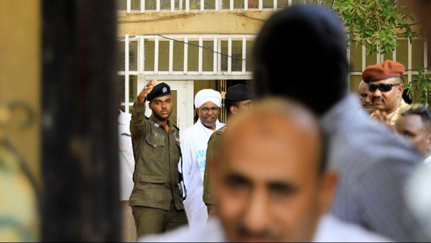 فيديو| «الثراء الحرام»  يطارد رئيس السودان.. كيف ظهر البشير في أولى محاكمته؟