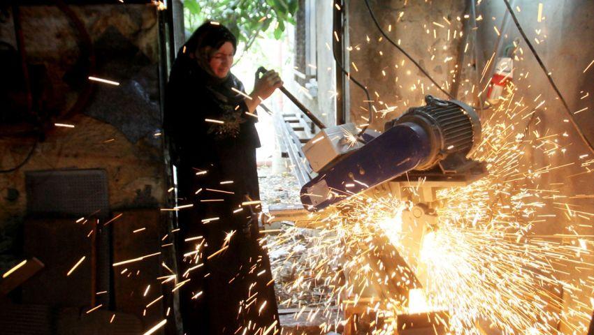 بالصور| رنيم صفدي.. فلسطينية تتحدى الحديد لتساعد زوجها المريض