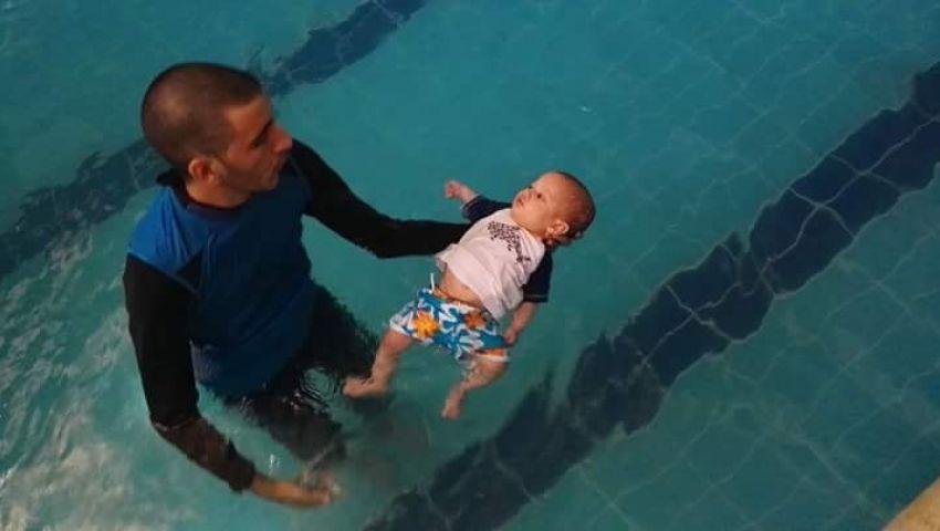 بالفيديو.. طريقة جديدة لتدريب الأطفال الرضع على السباحة