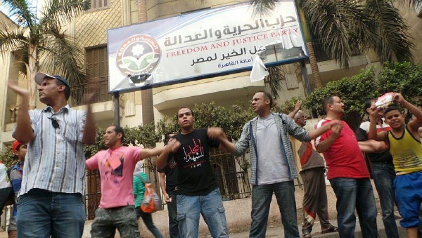 معارضون للرئيس يحمون مقرات الحرية والعدالة