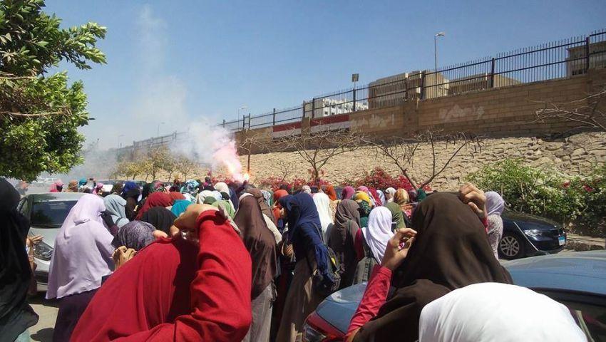 بالصور.. طالبات المعارضة بالأزهر يتظاهرن بالشماريخ