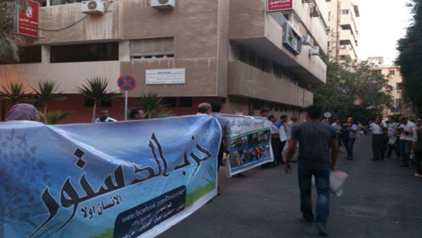 فيديو..نشطاء يتظاهرون أمام القنصلية الأمريكية بالإسكندرية