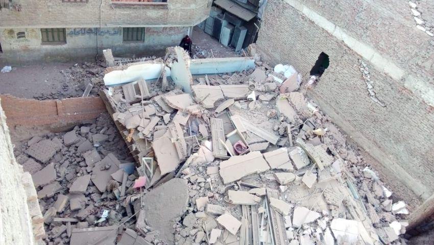 صور  انهيار عقار بالمطرية بسبب أعمال حفر مجاورة