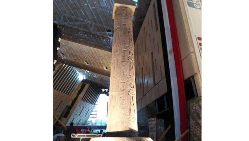 تنصيب عمود «مرنبتاح» بجوار رمسيس بالمتحف الكبير (صور)