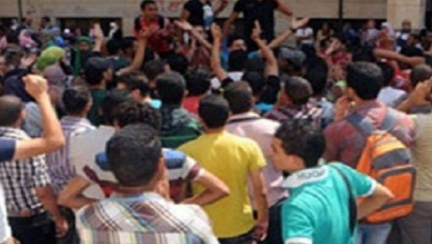 طلاب يتظاهرون بالأقصر لإلغاء قرار تأجيل الدراسة