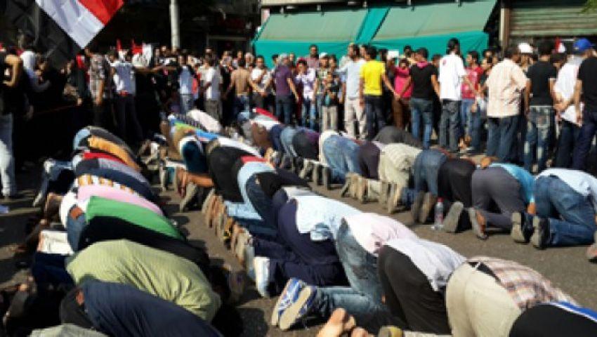 مؤيدو مرسي يصلون الظهر ويترقبون موقف الجيش