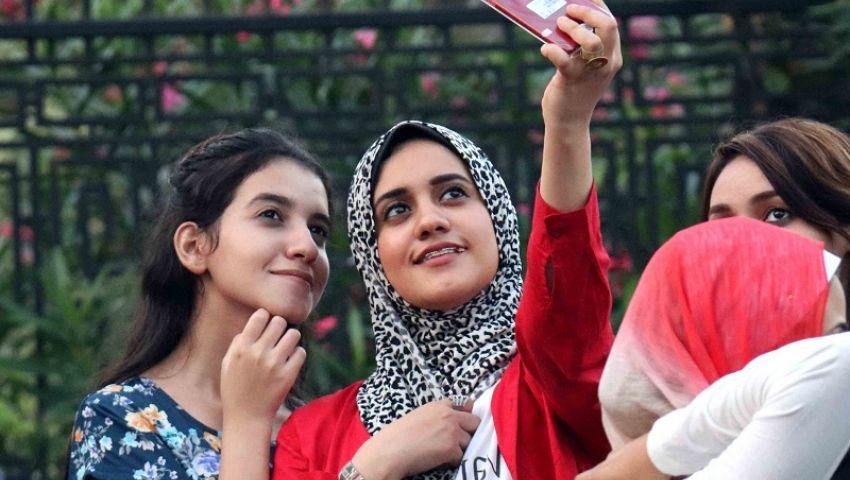 بالصور| «السيلفي»..وسيلة طلاب الثانوية بالإسكندرية للتعبير عن فرحتهم بسهولة الامتحانات