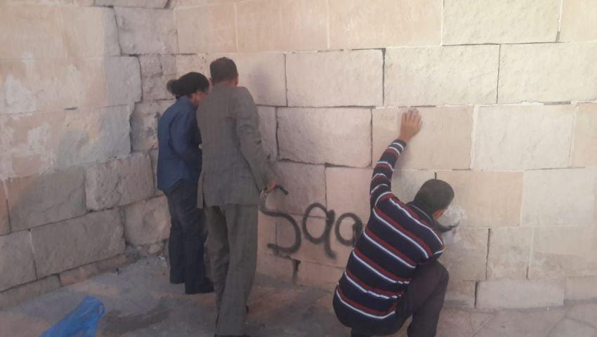 «العشاق» يشوهون ممرات قلعة قيتباي بعبارات الحب.. و«آثار الإسكندرية» ترد
