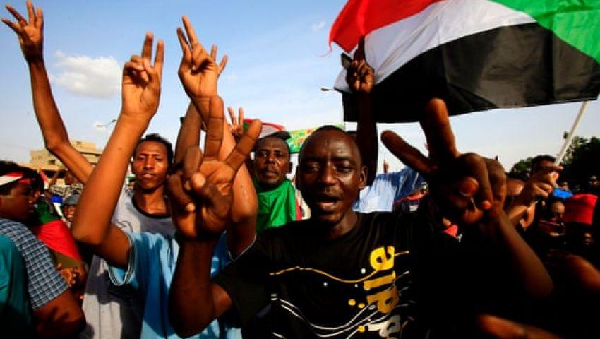الجارديان: في السودان.. مظاهرات المطالبة بالعدالة تنذر بالعودة للمربع صفر