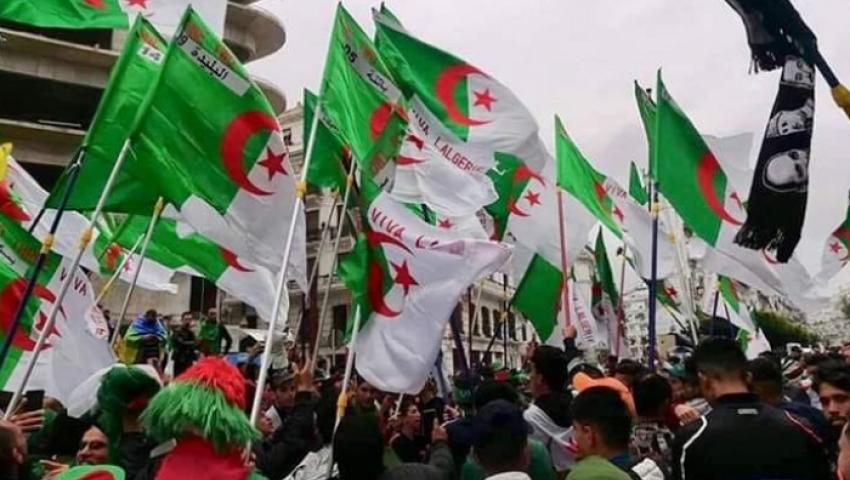 حراك الجزائر في الجمعة الـ16.. كروتٌ حمراء لرموز نظام بوتفليقة