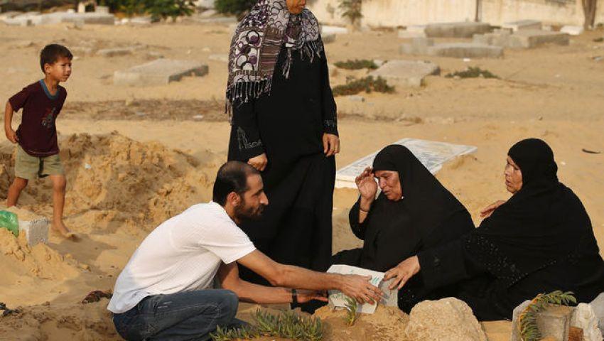 بالصور.. مقابر غزة تمتلئ بذوي الشهداء