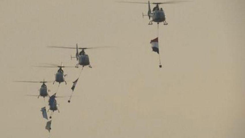 طائرة عسكرية تلقي أعلام مصر على متظاهري التحرير