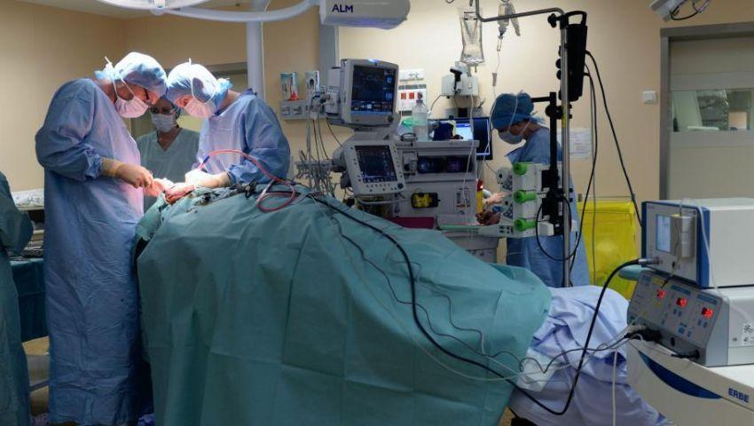 صور| غرف عمليات خاصة.. طبيب ينسى «فوطة» ببطن سيدة واستخراج «ملاعق» من أمعاء مريض