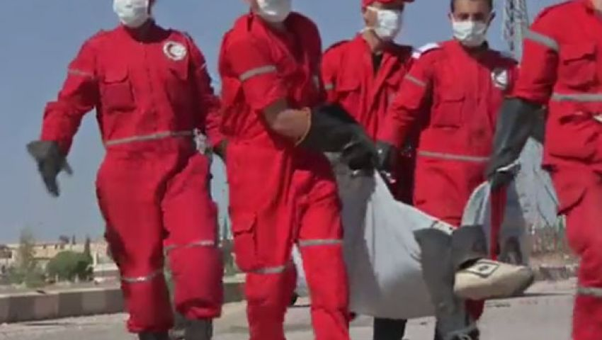 بالفيديو..الهلال الأحمر السوري يجمع جثث جنود جيش النظام بحلب