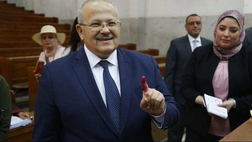 صور| اليوم الآخير للاستفتاء.. رئيس جامعة القاهرة يدلي بصوته في الدقي