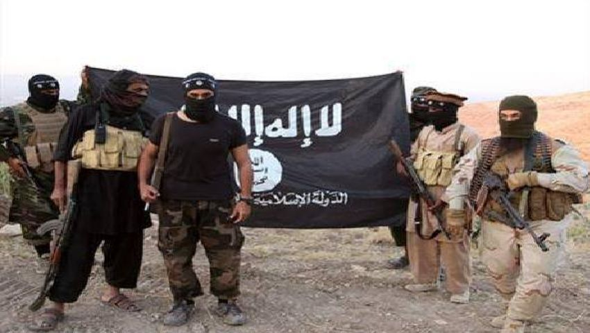 فيديو..داعش توقف رجل وتأمره بتحسين نقاب زوجته