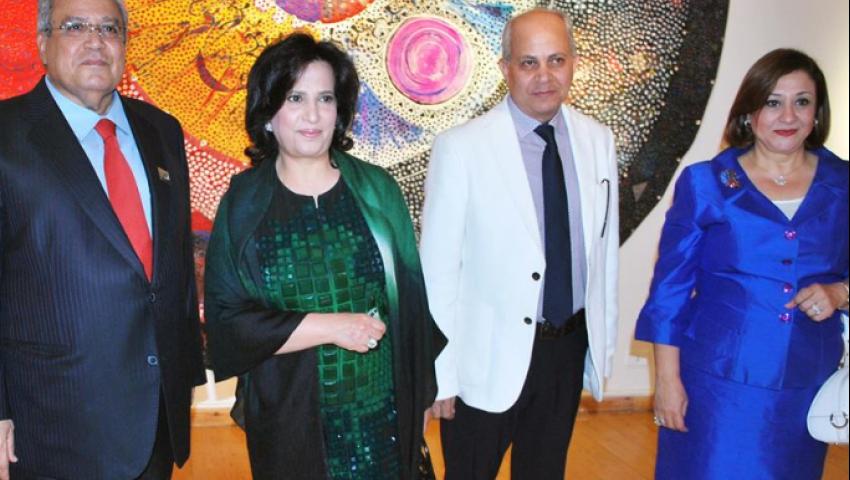 بالصور.. عصفور يفتتح معرض فن تشكيلي لفناني البحرين