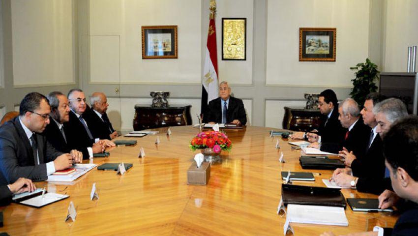 منصور يجتمع بالمجموعة الاقتصادية
