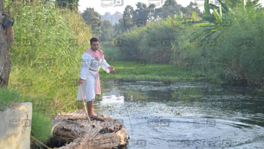 بالصور..  النيل يستقبل الورود في عيد الوفاء