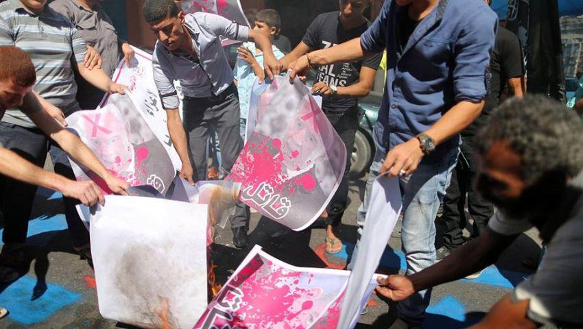 بالصور| مرتكب المجازر.. شبّان غاضبون في غزة يحرقون صوراً لـبيريز