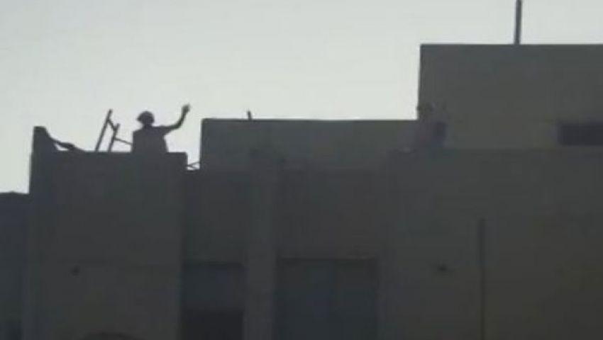 فيديو.. مجندون يحيون أنصار مرسي قبل الحظر