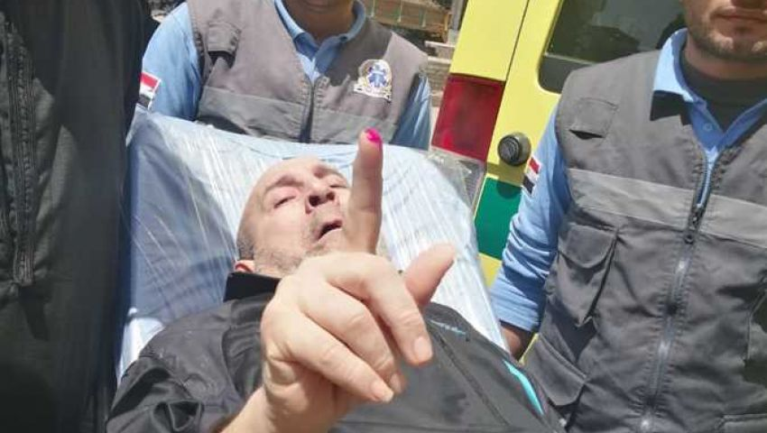 بالصور  فى ثاني أيام الاستفتاء.. مواطنون على أسِرَّة المرض أمام اللجان