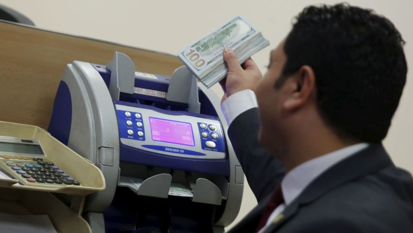 خبراء يحذرون من آثار خفض جديد للجنيه أمام الدولار