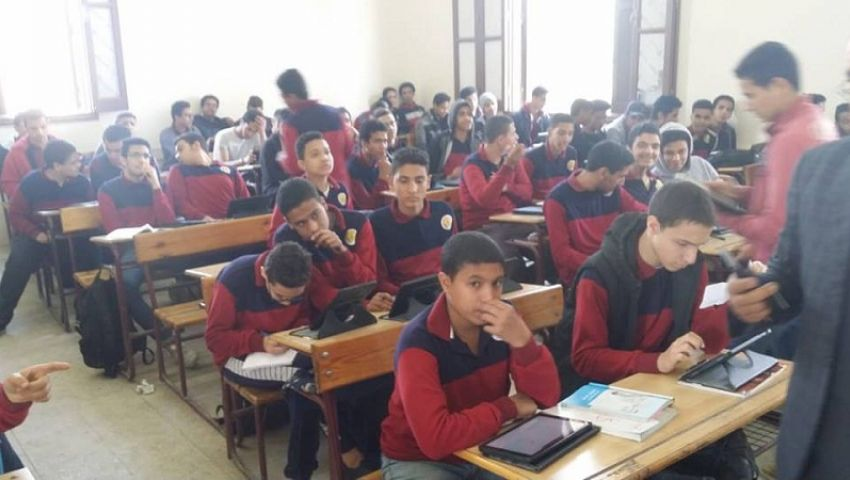 لمدة 150 دقيقة.. طلاب أولى ثانوي يؤدون امتحان اللغة الإنجليزية على «التابلت»