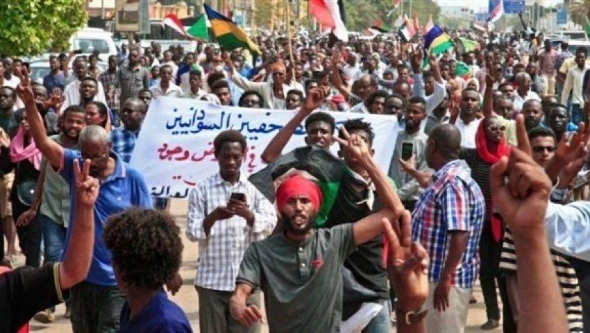 رغم تشكيل الحكومة.. الآلاف يتظاهرون في السودان