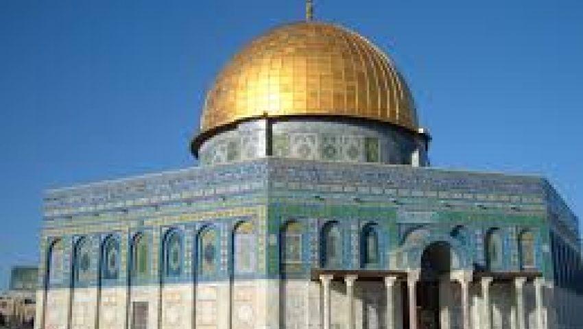 فيديو.. قوات الاحتلال تمنع آلاف الفلسطينيين من الصلاة بالأقصى