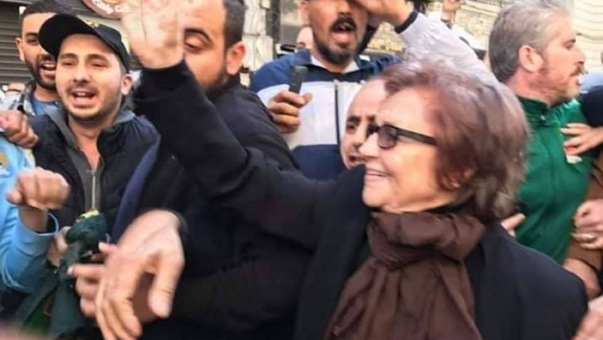على طريقة الاستعمار الفرنسي.. «جميلة بوحيرد» تتقدم مظاهرات الجزائر ضد بوتفليقة «فيديو»
