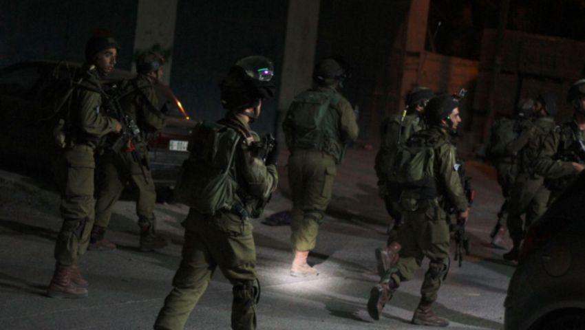 ضمن مداهمات ليلية.. جيش الاحتلال يعتقل 19 فلسطينيًا في الضفة الغربية