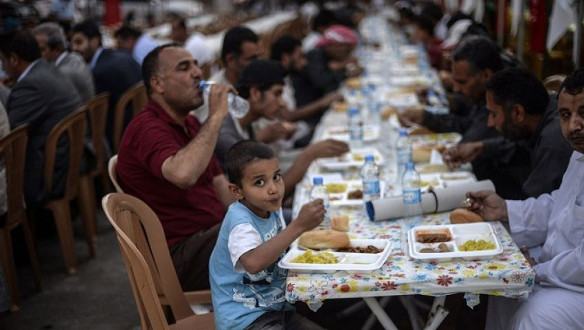 «موائد الرحمن» في رمضان.. بدأها الرسول وهكذا وصلت إلينا