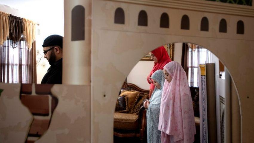بالصور| عائلات أمريكية تتحدى كورونا بـ «الميني مسجد»