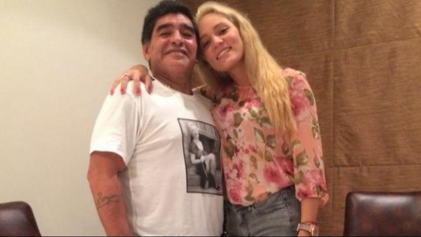 بالفيديو.. مارادونا يعتدي على صديقته بالضرب