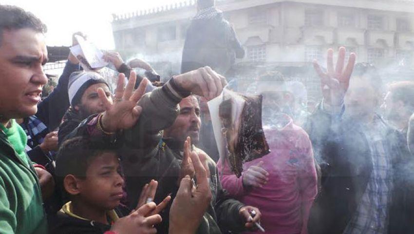 متظاهرون معارضون بمدينة نصر يحرقون الدستور