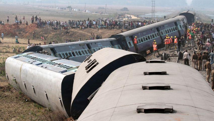 مقتل 31 شخصًا في انحراف قطار عن مساره بالهند