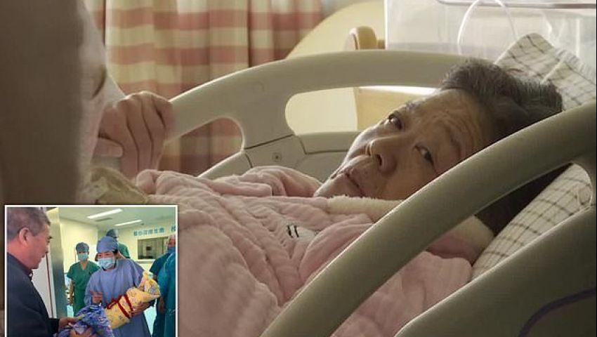 صينية في الـ 67 تضع مولودا وتعلن فوزها بلقب أكبر أم تحمل طبيعيا
