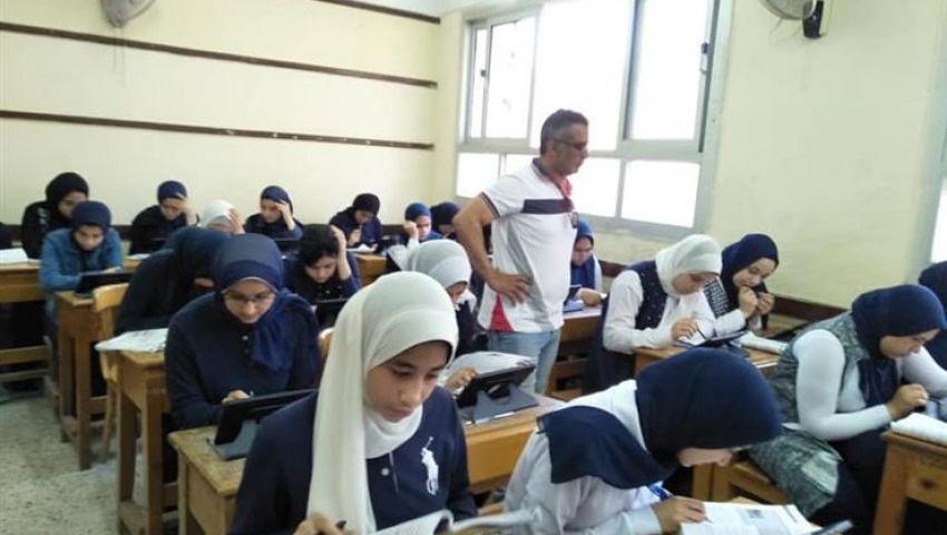 بنظام الكتاب المفتوح.. طلاب أولى وثانية ثانوي يمتحنون اللغة الأجنبية الأولى